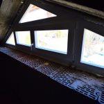 Fa ablak, háromszög forma benne középen felnyíló nyílászáró, fehérre felületkezelve!
