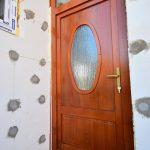 Borovi fenyő fa bejárati ajtó, egyedi formavilág, katedráll üvegezéssel!