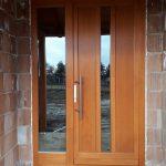 92mm-es vastagságú borovi fenyő fa bejárati ajtó fix oldalvilágítóval, 3rétegű üveggel, külső oldalon reflexiós katedráll üveggel, felületkezeléssel, méretre gyártva, beépítve, garanciával!
