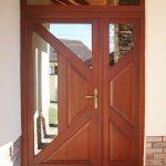 Prémium kategóriás borovi fenyőből készített fa bejárati ajtó, fix felülvilágítóval, nyíló oldalvilágítóval, domborított reflexiós üveggel.