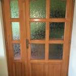 Asszimetrikus borovi fenyő fa beltéri ajtó, ipari felületkezeléssel.
