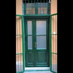 Asszimetrikus fa bejárati ajtó, kívül zöld, belül fehér színben.