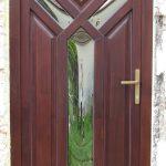 Fa bejárati ajtó egyedi stílusban, domborított hőszigetelt katedráll üveggel.