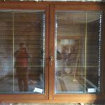 Középen felnyíló bukó-nyíló fa ablak, háromrétegű üveggel, üvegközti aranyálosztással, mozgatható lamellás zsalugáterrel!
