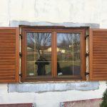 Középen felnyíló bukó-nyíló fa ablak, üvegközti arany álosztással, mozgatható leveles zsalugáterrel egybeépítve.