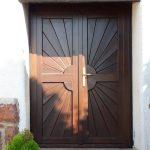 Egyedi megjelenésű kétszárnyú fa bejárati ajtó, 5 pontos bisztonsági zárral, felületkezelve, beépítve!