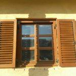 Borovi fenyő kétszárnyú fa ablak, kétszárnyú mozgatható leveles zsalugáterrel, Roto vasalattal, ipari felületkezeléssel!