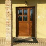 Aszimmetrikus fa bejárati ajtó, nyíló oldalvilágítóval, domborított reflexiós hőszigetelt üveggel, 5pontos Roto biztonsági zárral.!