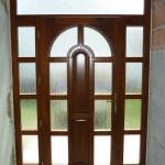 Egyedi méretű borovi fenyő fa bejárati ajtó, fix oldal világítóval, fix felül világítóval, katedráll üvegezéssel! 018