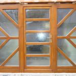 Fa bejárati ajtó 5pontos biztonsági zárral, 78mm-es vastagság háromrétegű katedráll üvegezéssel az ajtó 3méter széles fix oldal világítókkal.