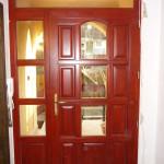 Borovi fenyő bejárati ajtó 5pontos biztonsági zárral, fix oldalvilágítóval, fix felül világítóval, reflexiós katedráll üvegezéssel.
