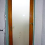 88mm-es profilvastagságú borovi fenyő bejárati ajtó háromrétegű savmaratott üvegezéssel, 5pontos biztonsági zárral, HOPPE kilincsel.