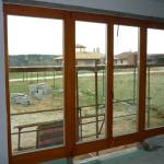 88mm-es borovi fenyő erkély ajtó háromrétegű üvegezéssel, fix oldalvilágítókkal, gyári felület kezeléssel.