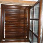 Fa ablak duplex álosztással, mozgatható lamellás zsalugáterrel.