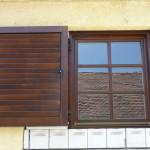 Rétegragasztott hossztoldott borovi fenyő fa ablak, mozgatható lamellás zsalugáterrel, egyei méretben.