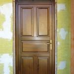 88mm-es tömör borovi fenyő fa bejárati ajtó, fix felülvilágítóval, optikai kitekintővel, egyedi méretben.
