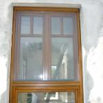Borovi fenyő osztott fa ablak, duplex álosztással, színazonos mobil rovarhálóval.