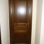 Borovi fenyő beltéri ajtó, utólagszerelhető tok borítással, gumitömítéssel, ipari felületkezeléssel.