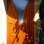 Egyedi megjelenésű fa bejárati ajtó.