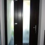 88mm-es keresztmetszetű csomó és vetemedés mentes borovi fenyő bejárati ajtó, fix oldalvilágítóval katedráll üvegezéssel.