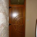 Egyedi méretű rétegragasztott hossztoldott borovi fenyő bejárati ajtó fix felül világítóval, színre kezelve 042