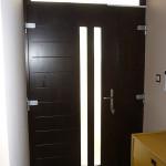 Borovi fenyő furnérozott tömör bejárati ajtó nyíló oldal világítóval fix felül világítóval 044