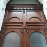 Kétszárnyú díszes fa bejárati ajtó, íves felülvilágítóval!