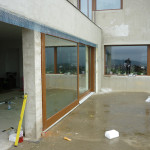 Toldás mentes borovi fenyő emelő-toló erkély ajtó háromrétegű üvegezéssel 011