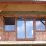 Fa ablakok sorolva erkély ajtóval.