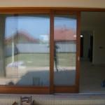 Trópusi meranti fenyőből készült emelő-toló erkély ajtó 030