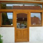 Egyedi méretű borovi fenyő fa ablakok bejárati ajtóval sorolva!