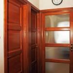 Rétegragasztott, hossztoldott, borovi fenyő fa beltéri ajtók, utolagszerelhető tokboritással, katedráll üvegezéssel.