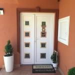 Gelan 6 légkamrás asszimetrikus műanyag bejárati ajtó, nyíló oldalvilágítóval, díszpanellel.
