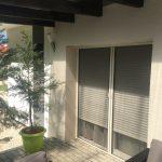 Középen felnyíló bukó-nyíló műamyag nyílászáró, erkély ajtó vakolható tokos alumínium redőnnyel, két tokos alumínium oldalhúzós szúnyogháló.