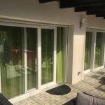 Emelő-toló erkély ajtó, vakolható tokos alumínium redőnnyel, méretre gyártva beépítve.