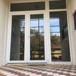 Kétszárnyú középen felnyíló bejárati ajtó, fix oldalvilágítóval, fix felül világítóval, 3 rétegű üveggel!