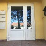 Mágneszáras aszimmetrikus kifelé nyíló bejárati ajtó nyíló oldalvilágítóval, kívül gomb fogóval belül kilincsel, olajfékes ajtóbehúzóval!