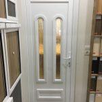 Egyedi méretű műanyag bejárati ajtó, díszpanelben hőszigetelt fatörzs katedráll üveggel.