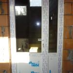 Asszimetrikus műanyag bejárati ajtó, háromrétegű üvegezéssel, 5pontos biztonsági zárral.