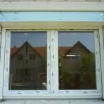 Középen felnyíló bukó-nyíló műanyag ablak, vakolható tokos motoros alumínium redőnnyel szúnyoghálóval kommbinált!