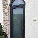 Alakos, egyedi stílusú antracitszürke műanyag bejárati ajtó INOX ajtóbehúzóval!