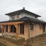 Fokozott hőszigetelésű fa ablakok, vakolható tokos antracit szürke alumínium redőnnyel, lehúzható szúnyoghálóval!