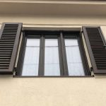 Prémium minőségű 92mm-es fa ablak 3 rétegű üvegezésel, fa harmónika mozgatható leveles zsalugáterrel, egybeépített színazonos alumínium lehúzható rovarhálóval méretre gyártva, beépítve!