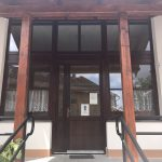 Bejárati ajtó szerkezet, egyedi méret, kialakítás, két oldalt, felül nyílászáróval sorolva, ipari felületkezeléssel, kiszállítva beépítve!