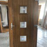 Bejárati ajtó, szigetelt borovi fúrnéros betéttel, savmart katedráll üvegezéssel, méretre gyártva beépítve!