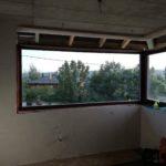 Sarok sorolt fa ablakok, kívül belül ragasztott biztonsági üveggel, méretere gyártva, külső,belső RAL szalagos beépítéssel.