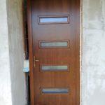 Toldásmentes síklapos 92mm-es profilvastagságú bejárati ajtó, ragasztott törésbiztos üveggel.