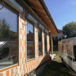 Fa ablakok 92mm-es beépítési mélységben, méretere gyártva beépítve, vakolható tokos motoros alumínium redönnyel!