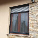 Készárnyú középen felnyíló borovi fenyő fa ablak, vakolható tokos motoros alumínium redőnnyel, lehúzható szúnyoghálóval!