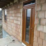 Bejárati ajtó borovi fenyőből, 92mm-es vastagságban, fix felül világítóval, hőhíd mentes alumínium küszöbbel, festett kivitelben!